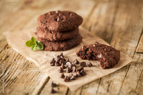 Foto auf Gartenposter Kekse Double chocolate chip cookies