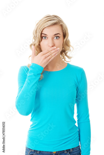 Photo Full length woman covering her mouth
