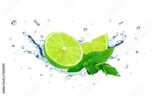 rozchlapana-woda-i-limonki-z-listkami-miety-na-bialym-tle