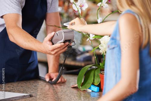 Fotografiet  Mobile Payment an der Kasse im EInzelhandel