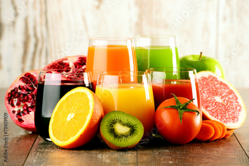 Crédence de cuisine en verre imprimé Jus, Sirop Glasses of fresh organic vegetable and fruit juices