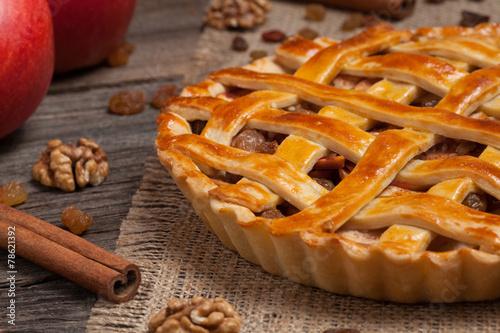 Zdjęcie XXL Jabłczany kulebiak z rodzynkami i cynamonem na rocznika drewnianym tle