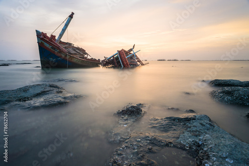Foto op Canvas Schipbreuk Broken ship with the sunset