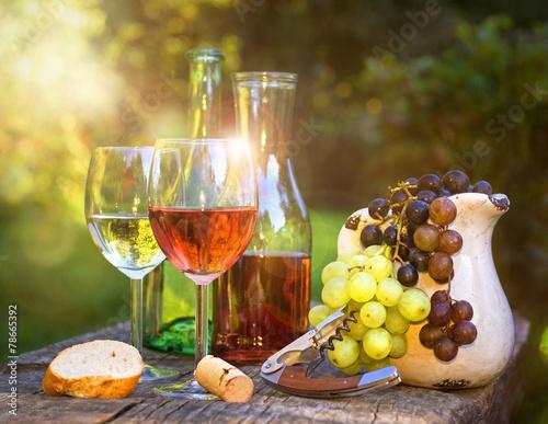 Fényképezés  Weinverkostung am Abend  im Garten