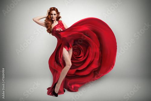 piekna-mloda-kobieta-jest-ubranym-czerwieni-rozy-suknie