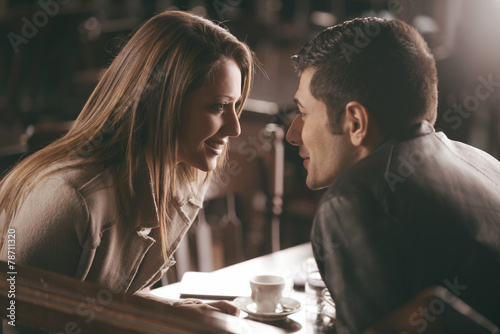 Photo  Romantic couple at the bar