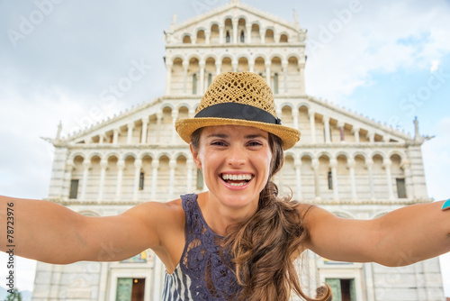 Fotografia, Obraz  Happy young woman making selfie in front of duomo di pisa, pisa