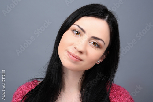 Photo  Portrait of young woman on grey background