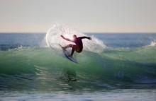 Surfer In Grüner Welle