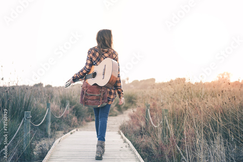 Fotografía  Beautiful Young Woman with guitar at Outdoors
