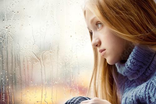 Fotografie, Obraz  Rainy Day: Dívka hledá přes okno