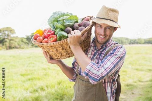 Fotografía  Farmer carrying basket of veg