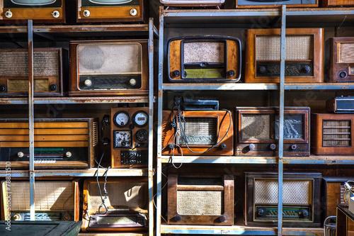 Spoed Foto op Canvas Muziekwinkel Old Radios on a Shelfs
