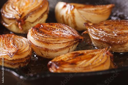 Pinturas sobre lienzo  сaramelized onion halves with balsamic vinegar in a pan