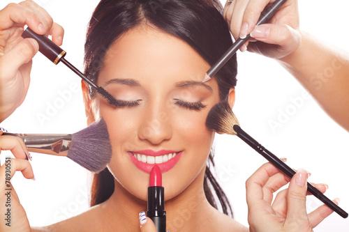 Fotografía  Mujer joven que consigue la belleza y maquillaje tratamiento profesional