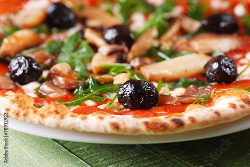 Tuinposter Pizzeria pizza con rucola e funghi