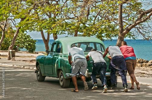 фотография  Ein Oldtimer wird am Playa La Boca Kuba angeschoben