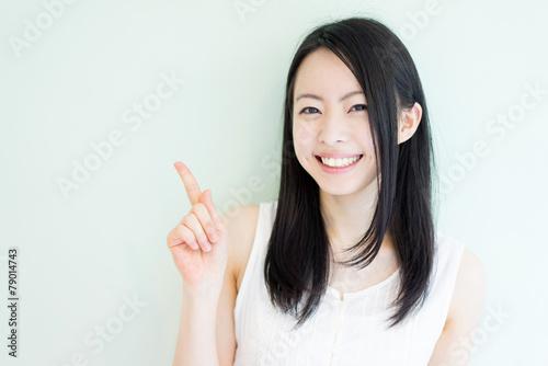 Obraz 指差す女性 - fototapety do salonu