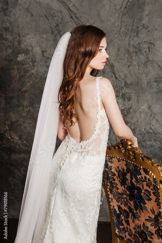Photo  Back view of the beautiful woman posing in a elegant wedding