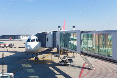 Foto op Aluminium Luchthaven Jetway conecting plane to airport departure gates.