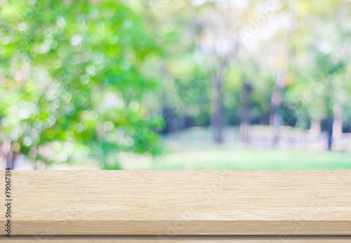 Poster Jardin Empty wood table over blurred trees with bokeh background