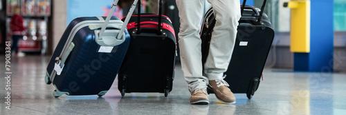 mann mit koffern am flugplatz Canvas Print