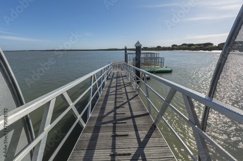 Foto op Plexiglas Panoramafoto s Wooden pier in the middle of a river