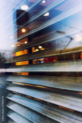 Photo The city is reflected in the window of a cafe with shutters