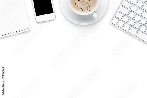 Fotografía  Office desk table with computer, supplies and coffee cup