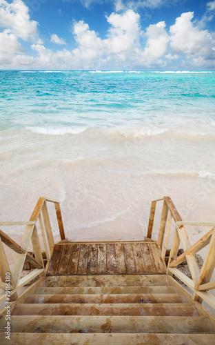 puste-drewniane-schody-schodza-na-wybrzeze-oceanu