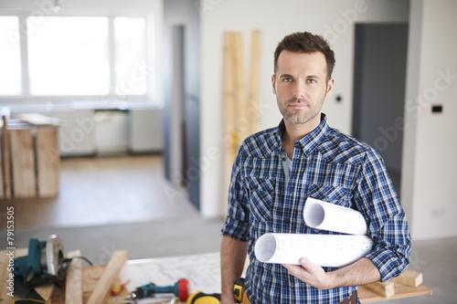 obraz lub plakat Pracownik budowlany jest gotowy na rozpoczęcie dnia w pracy