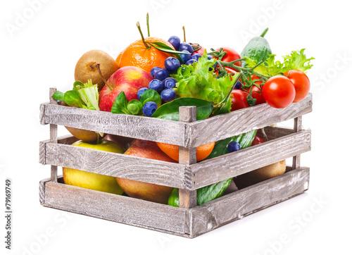 Obst und Gemüse in Holzkiste