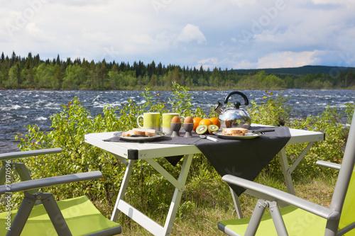Aluminium Prints Picnic Campingfrühstück am Fluß