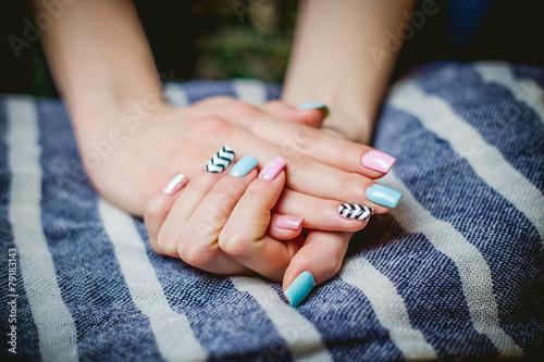 Papiers peints Manicure Girl shows blue manicure