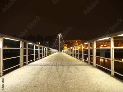 Beleuchtete Brücke im Winter bei Nacht