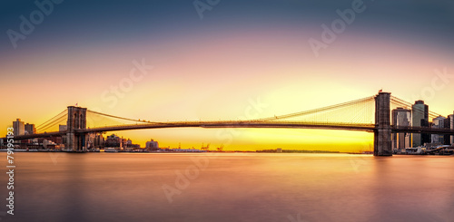 Naklejka premium Brooklyn Bridge panorama o zachodzie słońca