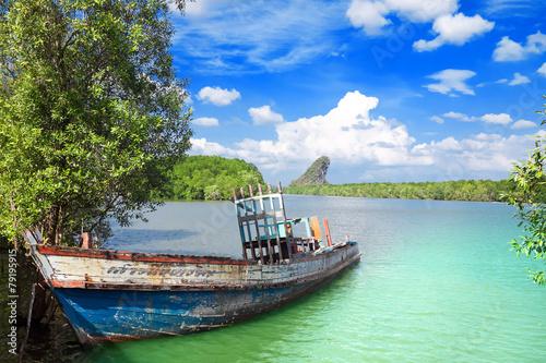 stara-lodz-na-tla-kanaab-nam-falezie-krabi-miasteczko-tajlandia