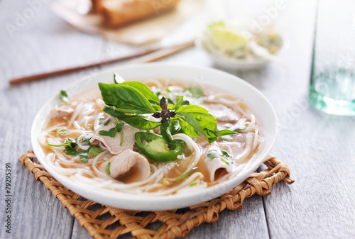 Photo  vietnamese pho soup dish with sliced beef and cilantro