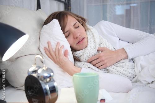 Fotografia  Junge Frau krank im Bett
