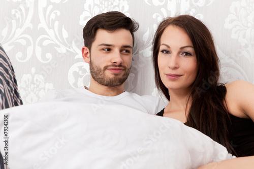 Junges Paar kuschelt im Bett - Buy this stock photo and