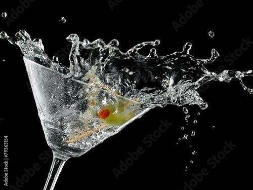 Fotografía  Cocktail with a olive splash on black background