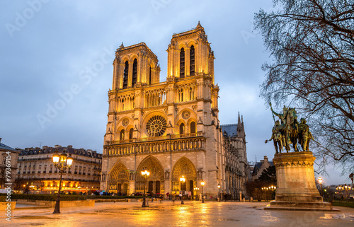 wieczor-widok-notre-dame-de-paris-francja
