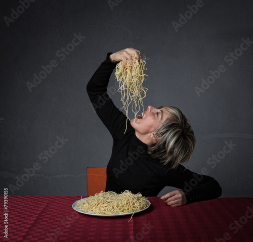 eating spaghetti with hands Tablou Canvas
