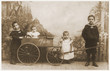 canvas print picture - Geschwister im Jahre 1907