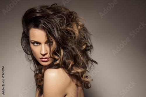cudowna-piekna-brunetka-stwarzajaca-w-studiu-