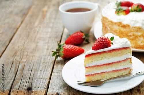 ciasto-ze-smietana-i-truskawkami