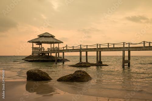 most-na-plazy-w-zmierzchu-i-morze-machamy-w-koh-kood-tajlandia
