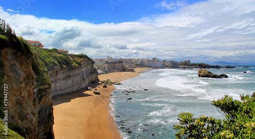 La côte basque à Biarritz avec vagues et ciel bleu Wallpaper Mural