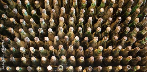 Obraz na plátně Hromada velmi starých zaprášených lahví vína.