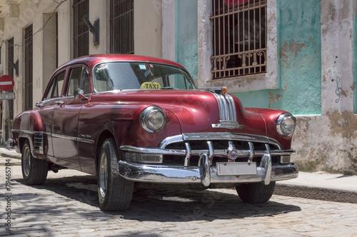 czerwony-taxi-w-starej-hawanskim-kuba